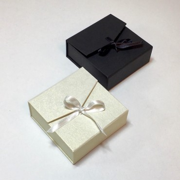 Jewellery box 8,5 x 8,5 x 3 cm with band - DIFFERENT COLORS